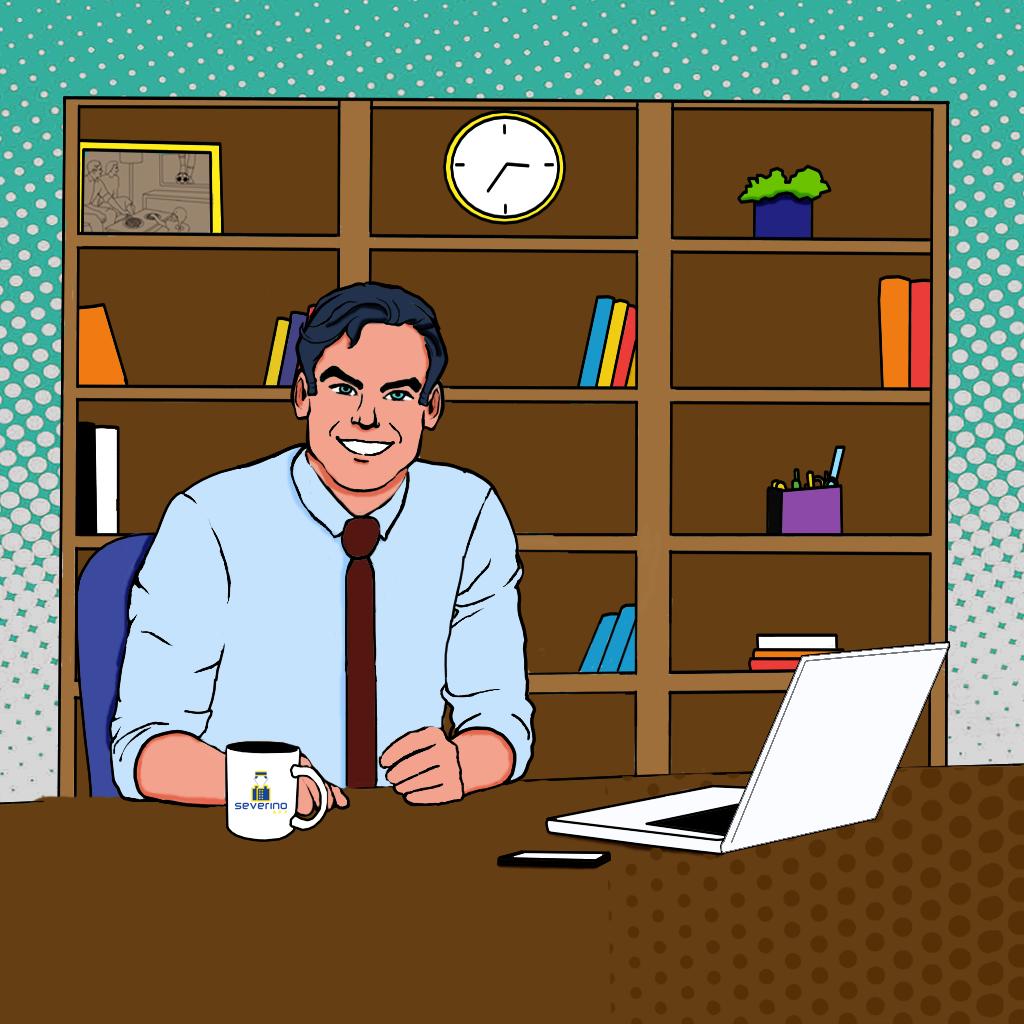 Síndico sentado a mesa, com seu celular e notebook próximos a ele. O uso de aplicativo em seu condomínio permite o fim do uso do papel.